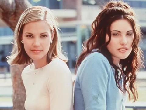 Leslie Bibb y Carly Pope como Brooke y Sam.