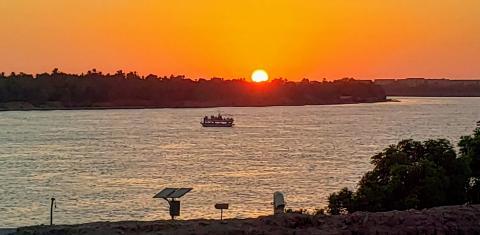 Una imagen del imponente Nilo al atardecer, desde la orilla de Luxor