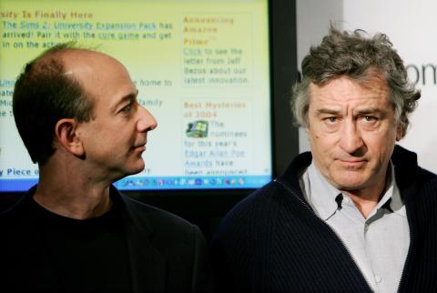 Jeff Bezos y Robert de Niro en una conferencia de prensa en 2005 para anunciar un acuerdo de colaboración entre Amazon y el festival de Tribeca antes del lanzamiento de Prime Video.