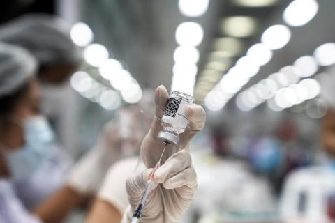 Sanitario prepara una dosis de la vacuna del COVID-19.