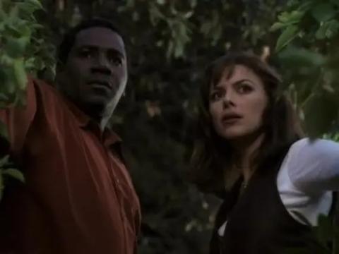Cleavant Derricks y Kari Wuhrer como Rembrandt y Maggie.