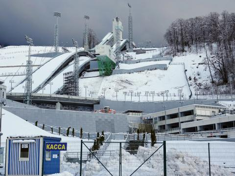 Vista de los saltos de esquí de los Juegos Olímpicos de Invierno de 2014 en Sochi, Rusia, el 31 de enero de 2018.