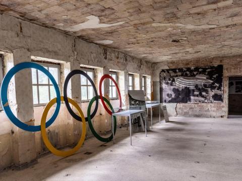Un conjunto de anillos olímpicos en una antigua sala de natación abandonada en el sitio de la Villa Olímpica de Berlín de 1936 el 17 de mayo de 2021 en Elstal, Alemania.