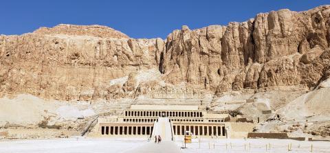 El fabuloso templo de Hatshepsut, construido en la montañña, y dedicado a la Reina-Faraón de le da su nombre, ubicado junto al Valle de los Reyes.