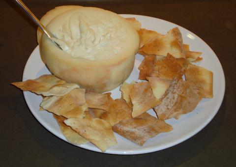 Torta del Casar, queso con Denominación de Origen que se elabora con leche cruda de oveja entrefina al norte de la Sierra de San Pedro en Cáceres.