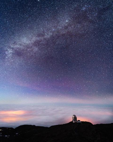 Cielo estrellado con el Observatorio de las Cañadas de fondon, Tenerife.