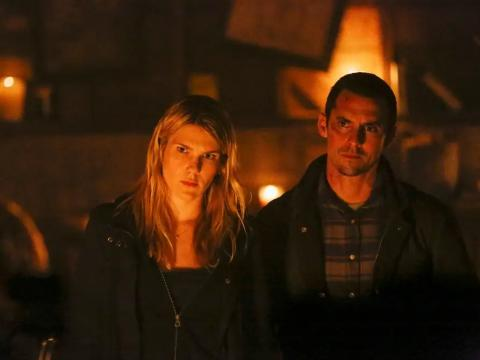 Lily Rabe y Milo Ventimiglia como Claire y Sean Bennigan.