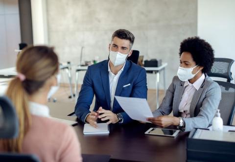 3 personas en una entrevista de trabajo.