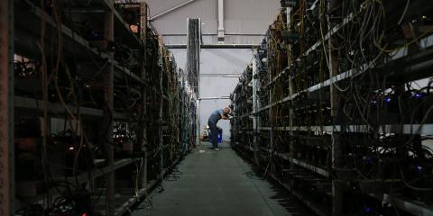 Algunas granjas de bitcoins, como la de la imagen, en Moscú, tienen cientos de ordenadores extrayendo varios bitcoins a la vez. Maxim Zmeyev/AFP, a través de Getty Images