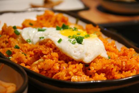Arroz frito coreano con kimchi.