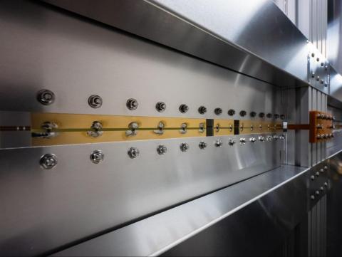 Condensadores agrupados colocados en cavidades de pared en la sala de carga inalámbrica.