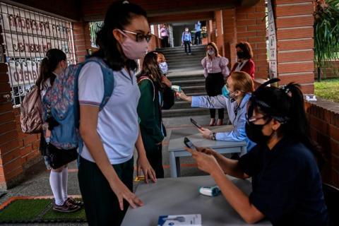 Control de temperatura de los estudiantes en una escuela en Medellín (Colombia) el 10 de febrero de 2021.
