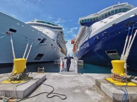 La oficial de puente, Ioanna Tzovara, entre dos cruceros de Celebrity.