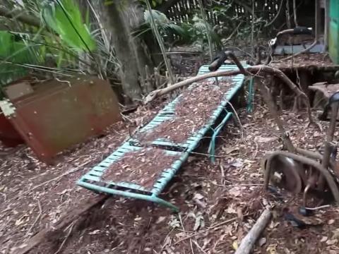 Una de las sillas de playa que quedaron en la isla.