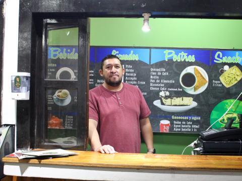 El dueño de la cafetería, Wilber Herrera, intentó aceptar pagos con bitcoins en su café en Ataco, pero no pudo hacer que la aplicación funcionara. Anna-Catherine Brigida