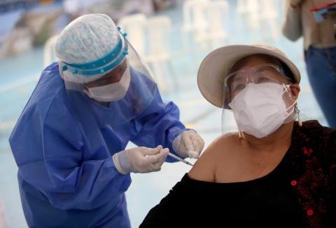 Elsa Gavina recibe la vacuna Pfizer-BioNTech COVID-19 en Lima (Perú) el 26 de abril de 2021.