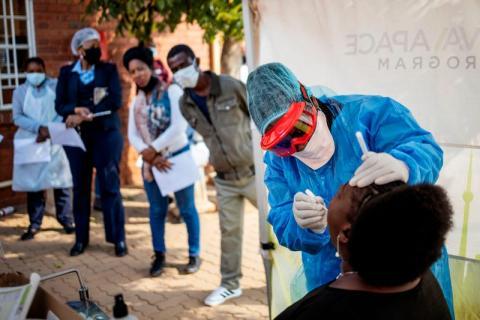 La enfermera de Médicos Sin Fronteras, Bhelekazi Mdlalose, realiza una prueba de COVID-19 a un sanitario en Johannesburgo  (Sudáfrica) el 13 de mayo de 2020.