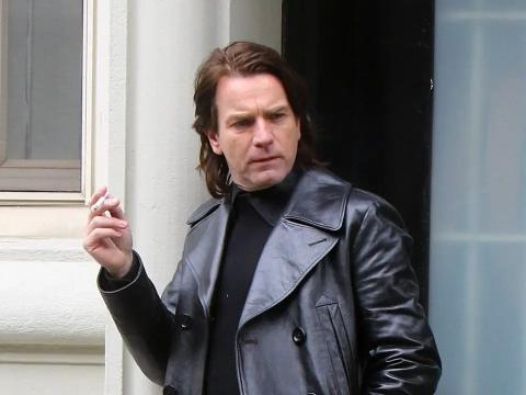 Ewan McGregor como Halston en la serie de Netflix.