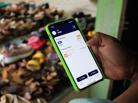 José Bonilla, de 22 años, muestra la aplicación Chivo en su teléfono Android. Anna-Catherine Brigida