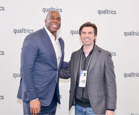 Alfonso de la Nuez (derecha), junto al jugador de baloncesto Magic Johnson (izquierda).