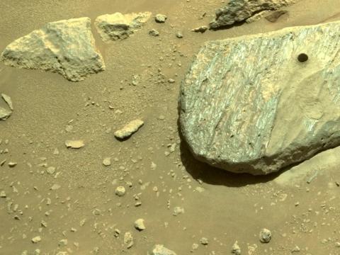 El rover Perseverance fotografió esta roca de Marte después de perforar un núcleo de muestra, el 1 de septiembre de 2021.