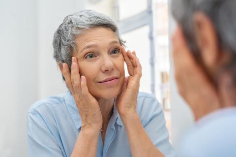 mujer cuidando piel rostro