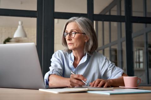 Una mujer hace cuentas con su ordenador