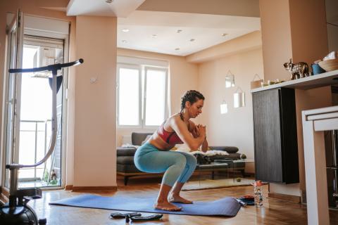 mujer haciendo ejercicio en casa, yoga