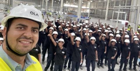 Bhavish Aggarwal, actual CEO de Ola en la fábrica de Futurefactory en India con parte de las más de 10.000 mujeres que trabajarán en la nueva planta.