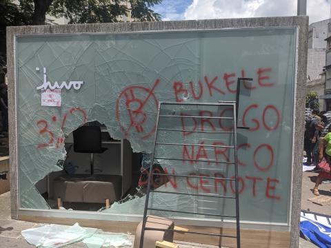 Un pequeño grupo de personas en una protesta en San Salvador el 15 de septiembre rompió un cajero automático de Chivo Bitcoin. Más tarde le prendieron fuego. Anna-Catherine Brigida