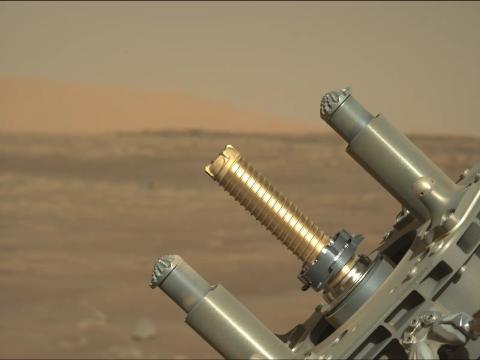Perseverance usó su brazo de recolección de muestras para intentar extraer muestras de una roca de Marte, el 6 de agosto de 2021.