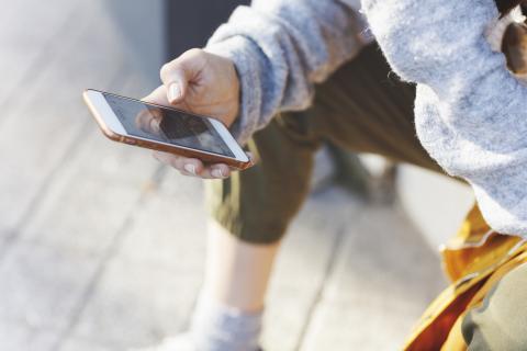 Una persona leyendo un mensaje en su móvil