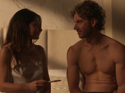 Sarah Shahi y Adam Demos en 'Sexo / Vida'.