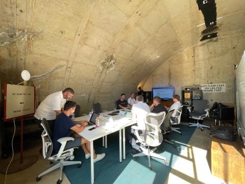 Una reunión del equipo de Glydways en el búnker de una antigua estación de armas navales. Candy Cheng/Business Insider
