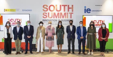 """Foto de familia de la presentación del informe """"El mapa del emprendimiento"""" con Carme Artigas,  secretaria de Estado de Digitalización e IA de rosa y en el centro."""