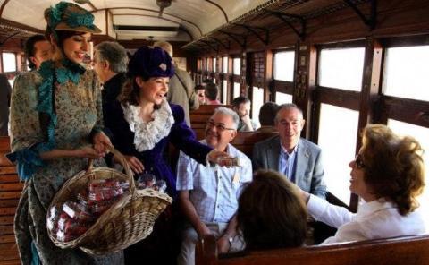 Degustaciones de fresas en el viejo tren a vapor.