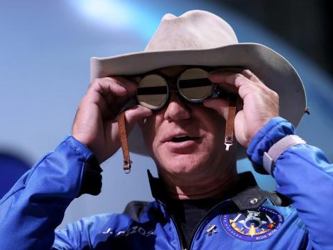 El fundador de Blue Origin, Jeff Bezos, con unas gafas de aviación que pertenecieron a Amelia Earhart.