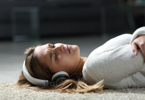 Una joven tirada en el suelo.
