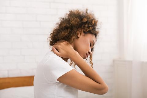 Mujer con dolor en las cervicales.