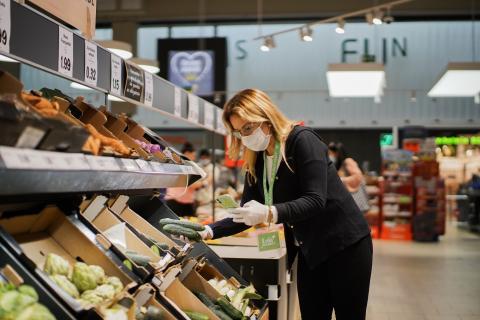 Una trabajadora de Lola Market en un supermercado