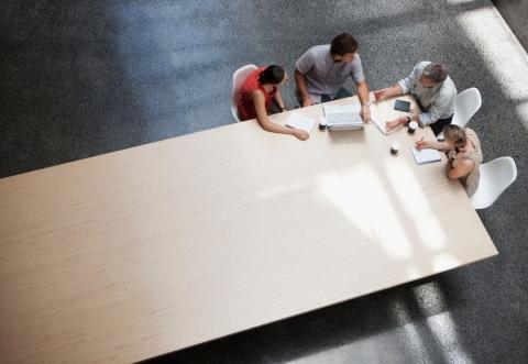 Varias personas reunidas en una mesa.