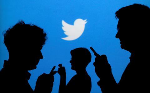 Varias sombras y, al fondo, el símbolo de Twitter.
