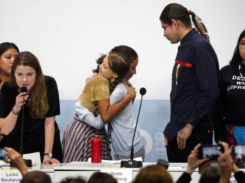 Greta Thunberg con otros activistas