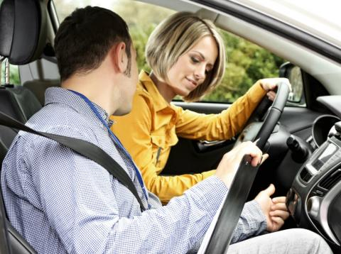 Cómo encontrar una buena autoescuela barata: muchos trucos