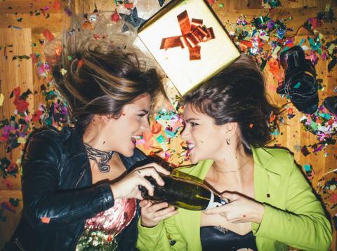 Dos personas celebran la llegada de Año Nuevo