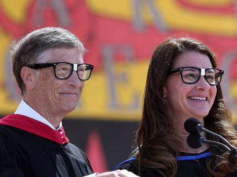 Bill con su esposa Melinda dando consejos a los universitarios en la ceremonia de apertura de la universidad de Stanford en el 2014