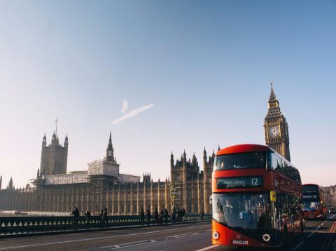 Un autobús circula por Londres con el Big Ben de fondo