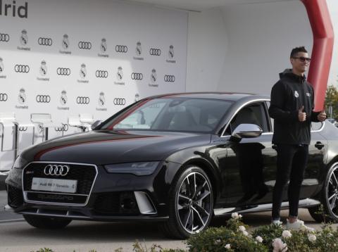 Crisiano Ronaldo en la entrega de coches