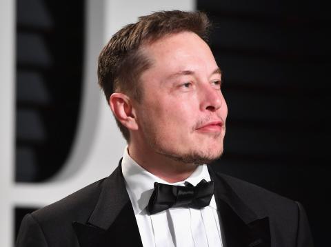 Elon Musk con smoking