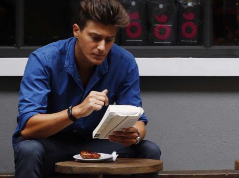 Hombre joven leyendo